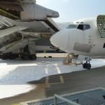 Skydd med skum på uppställningsplats för flygplan